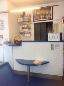 Unser offener Empfangsbereich befindet sich im ersten Wartebereich. Dort finden Sie in den Mitarbeitern kompetente Ansprechpartner.