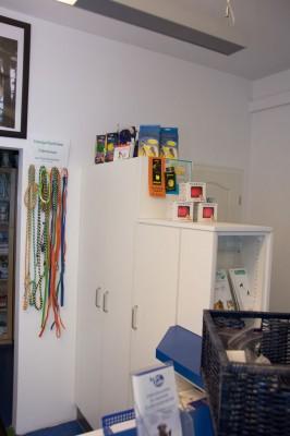 In unserem Shop gibt es allerhand Nützliches für die Dunkelheit, Erste Hilfe, Fellpflege, Näpfe, handgeflochtene Führleinen, Futterzusätze für Gelenke, Haut und Fell, für Senioren und kalorienarme, zahnpflegende Kauartikel.